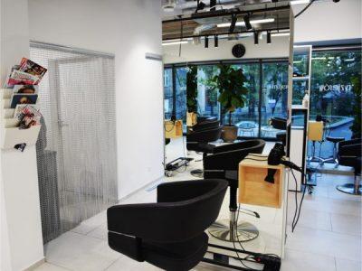 Kotara dzieląca przestrzeń - U fryzjerów