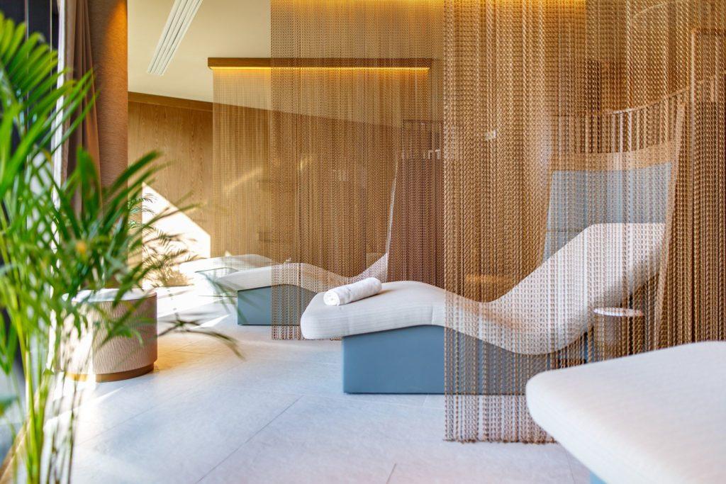 Kotara dzieląca przestrzeń w hotelowym SPA