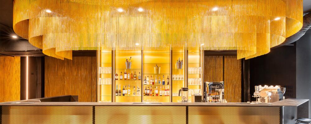 Kotary sufitowe z łańcuszków nad barem Fala Pub